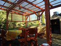 na terase je posezení, gril a udírna - chata ubytování Těšetice u Znojma