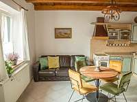 Vejminek - obývací pokoj s kuchyňským koutem - pronájem chalupy Mikulov