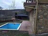 Bazén s terasou a posezením - chata k pronájmu Buchlovice - Smraďavka