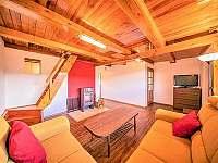 Obývací pokoj s rozkládacím gaučem, TV a krbem - chata k pronajmutí Boršice u Blatnice - Hluk