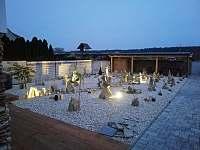 Večerní osvícená zahrada s vířivkou a saunou - apartmán k pronajmutí Bzenec