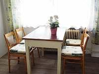 Kuchyně - jídelní stůl - pronájem chalupy Maršov
