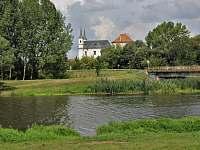 pohled od řeky na zámek - Drnholec