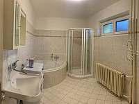 Koupelna s rohovou vanou - chalupa k pronajmutí Klobouky u Brna
