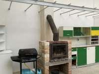 Venkovní posezení pod pergolou s krbem, grilem a letní kuchyní - pronájem chalupy Klobouky u Brna