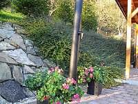 Solární sprcha u vířivky - chata k pronajmutí Starý Hrozenkov