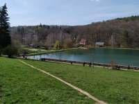 Pohled na přírodní koupaliště Lučina - Kněždub