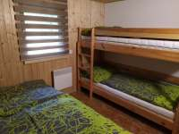Pokoj 2- manželská postel s patrovou postelí - chata k pronájmu Kněždub