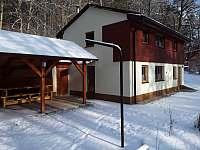 Zimní pohled na chatu - ubytování Kněždub