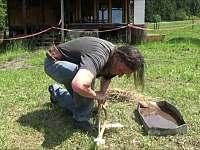 Můžete si vyzkoušet i primitivní rozdělávání ohně lukem - Valašské Klobouky