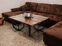sedačka ve společenské místnosti - chalupa ubytování Kostice