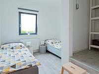 Ložnice se dvěma oddělenými postelemi a prostornou šatnou - apartmán k pronajmutí Vranovice