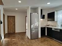 Lednička a plotna - apartmán k pronajmutí Rakvice