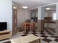 Jídelna + kuchyňský kout - chalupa k pronájmu Hluboké Mašůvky