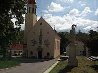 Kostel na náměstí před chalupou - k pronájmu Hluboké Mašůvky