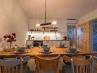 Obytná místnost B s kuchyní - chalupa k pronájmu Žádovice