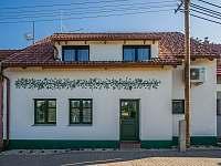 Pohled na objekt ze silnice - chalupa ubytování Žádovice