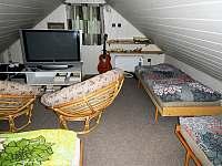 Podkrovní ložnice pro čtyři s plazmovou TV a DVD přehrávačem a pohodlným sezením - chata k pronájmu Bítov