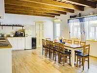 kuchyně a jídelna s vchodem na terasu - Nove Mlyny