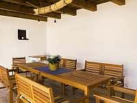 venkovní terasa s posezením pro 12 osob - chalupa ubytování Nove Mlyny
