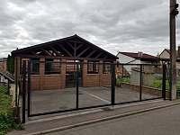 Parkoviště pro dva automobily - zabezpečené - chata ubytování Mutěnice