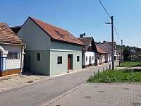 Prázdninvý dům - pohled z ulice Rovná - chata ubytování Mutěnice