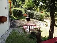 Gril a venkovní posezení vedle chaty
