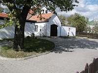 Hlavní brána a parkoviště - Šafov