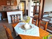 jídelní kout s kuchyní a barem - apartmán k pronájmu Čejkovice