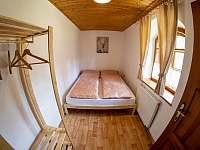 Pokoj s manželskou postelí - pronájem chalupy Vevčice