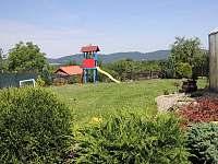 Zahrada s dětským hřištěm - chalupa k pronájmu