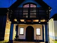 noční foto-dům je osvětlen ze všech stran - chata ubytování Mutěnice