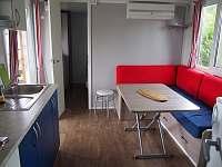 Obývací prostor - chata k pronájmu Výrovice