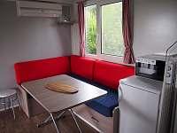 Rozkládací sedačka s jídelním stolem - chata k pronajmutí Výrovice