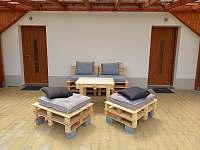 Zastřešená terasa s paletovým posezením - apartmán ubytování Velké Bílovice