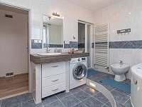 koupelna se sprchovým koutem i vanou - apartmán k pronájmu Břeclav - Poštorná