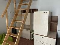 Obývací místnost v přízemí a schody do podkroví - rekreační dům ubytování Břeclav - Poštorná