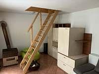 Obývací místnost v přízemí a schody do podkroví - rekreační dům k pronájmu Břeclav - Poštorná