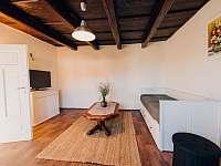 Obývací pokoj s rozkládacím plnohodnotným dvojlůžkem - pronájem chalupy Šakvice