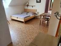 Ložnice navazující na kuchyň v patře - chata k pronájmu Buchlovice - Smraďavka