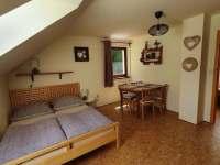 Ložnice navazující na kuchyň v patře - pronájem chaty Buchlovice - Smraďavka