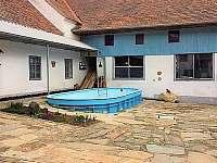 Bazén ve dvoře