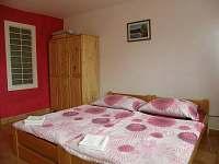 dvoulůžkový pokoj s 2 přistýlkami - apartmán k pronájmu Rohatec