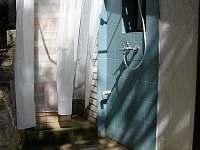 venkovní sprcha s teplou vodou z bojleru