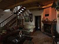 Obývací místnost s krbem je oblíbeným místem relaxu a posezení se skleničkou - chata k pronajmutí Bystřice pod Lopeníkem