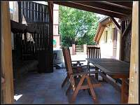 Pergola se zahradním nábytkem
