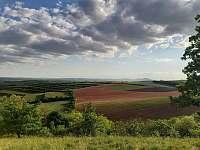 Výhled z přírodní rezervace Zázmoníky nad penzionem Třetí frejd - Bořetice