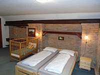 podkrovní pokoj s dětskou postýlkou - chalupa k pronájmu Roštín