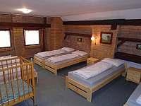 podkrovní pokoj se šesti lůžky a dětskou postýlkou - Roštín