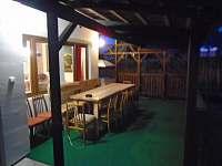 Pohled z ložnice ve dvoře - chalupa k pronájmu Roštín